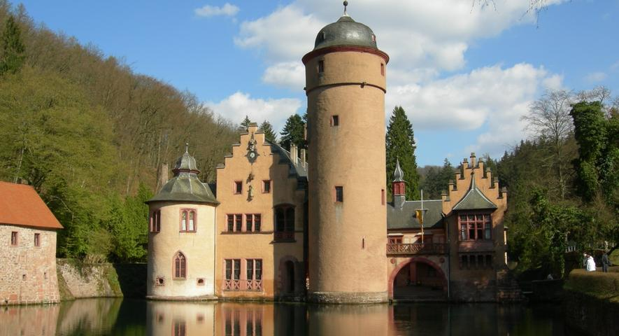 Schloss Mespelbrunn liegt in einem verschwiegenen Spessart-Tal, zwischen Aschaffenburg und Würzburg. Es wurde unter anderem als Drehort des