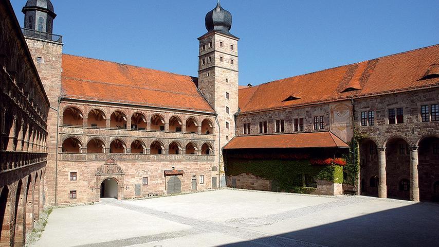 Die Plassenburg, eineeinstige Hohenzollernfestung hoch über Kulmbach, ist das Wahrzeichen der Stadt. Die Burg beherbergt vier Museen mit abwechslungsreichen Sammlungen und spannenden Informationen zur Geschichte der Burg, der Stadt und der Region. Der Schöne Arkadenhofmit dichtem Reliefdekor ist eine der bedeutendsten Schöpfungen der deutschen Renaissance. Sehenswert sind auch die Markgrafenzimmer mit alten Ansichten, Herrscherportraits und dem vergoldeten Baldachinbett der Markgräfin Maria (um 1630) sowie das Museum