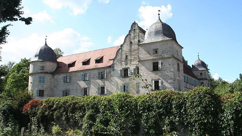 Das Wasserschloss liegt zwischen Coburg und Kronach. Es wurde im Jahr 1226 erstmals urkundlich erwähnt. Das Renaissance-Wasserschloss ist von einem Wassergraben umgeben. Mankann das Schloss besuchen und bestaunen. Innen sind viele Einrichtungsgegenstände aus dem 16. bis 20. Jahrhundert zu sehen.