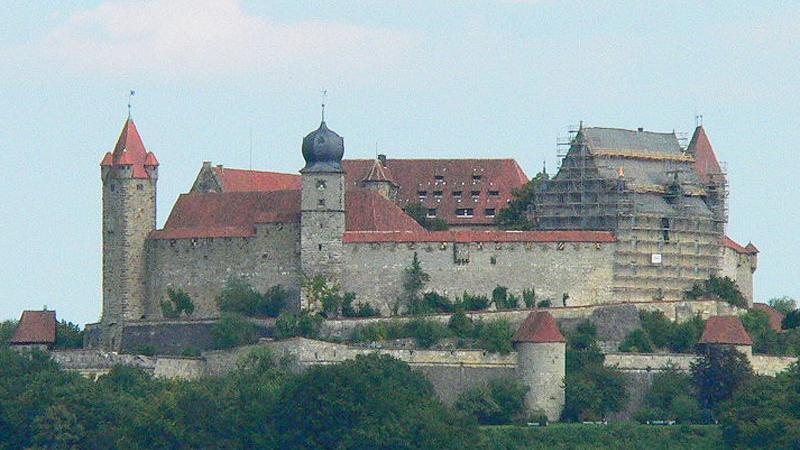 Die Burg wurdeerstmals 1056 urkundlich erwähnt und im 14. und 15. Jahrhundert wegen ihrer strategischen Bedeutung zu einer der größten Burganlagen Deutschlands ausgebaut. Heute beherbergt die Veste Coburg mehrere Kunstsammlungen, die zu denbedeutendsten in ganzDeutschlands gehören und größtenteils auf den Kunstbesitz der Coburger Herzöge zurückgehen. Das Museum umfasst ein Kupferstichkabinett, eine Jagdwaffen- und Gläsersammlung sowie eine Wagen- und Schlittensammlung. Unter den Kunstwerken sind Gemälde von Lucas Cranach und der altdeutschen Malerei (Dürer, Grünewald, Holbein) sowie Plastiken von Tilman Riemenschneider.