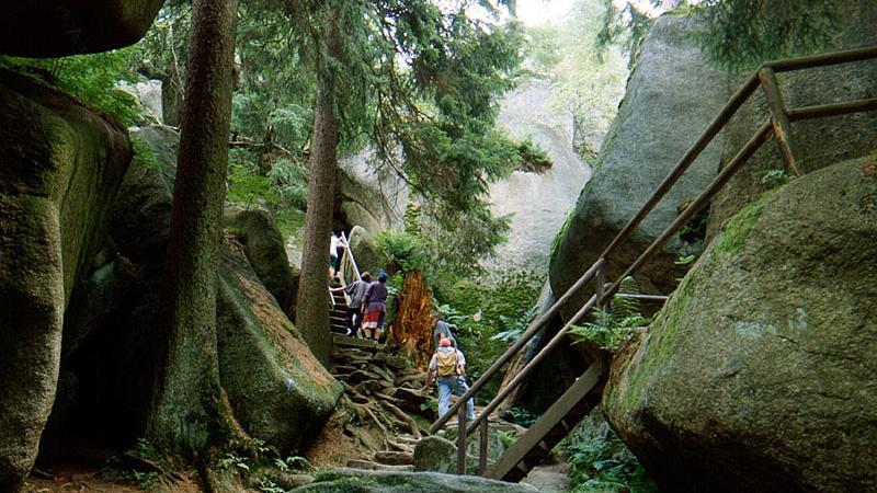Riesige Felsbrocken, umgeben vonHöhlen und Schluchten, prägen das Felsenlabyrinth in Luisenburg. Schon immer übte der Ortmit seinen über 300 Millionen Jahre alten Granitformationen eine ganz besondere Faszination auf die Menschen aus: In früheren Jahrhunderten fürchtete man das