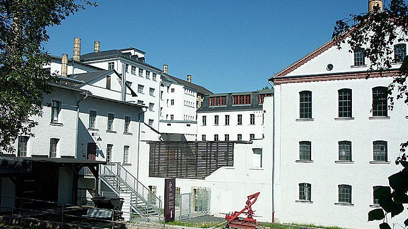 Die Pozellanproduktion im östlichen Oberfranken wird immer mehr zum Fall fürs Museum: Das Porzellanikon in einer ehemaligen Rosenthal-Fabrikhalle in Selb ist nicht nur eines der wichtigsten Industriemuseen in Deutschland, sondern zugleich Denkmal für ein Stück große Industrie-Geschichte in Bayern.