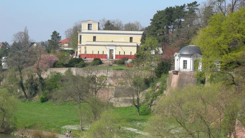 Von König Ludwig I. nach römischem Vorbild erbeut. Das Pompejanum in Aschaffenburg: Die römische Villa ist ein beliebtes Fotomotiv. Die römische Architektur zieht sich bis in das Innere des Gebäudes.