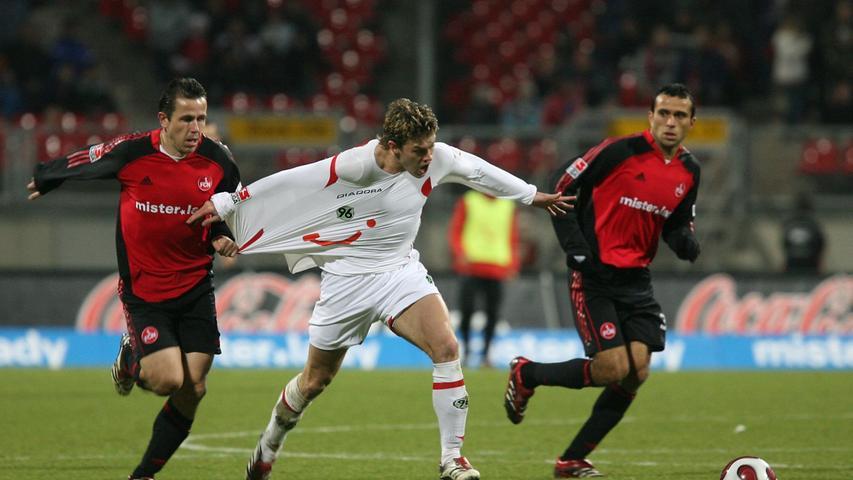 2006/07 behält der Club gegen 96 gleich dreimal die Oberhand: Tomas Galasek versucht alles, um Hanno Balitsch (damals noch Hannoveraner) zu stoppen. Im Dezember 2006 gewinnt der FCN zuhause 3:1.