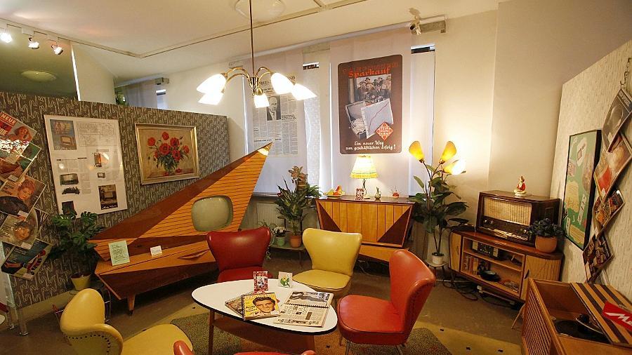 Der besondere Reiz des Fürther Rundfunkmuseums liegt in Rauminstallationen wie dieser. Historische Rundfunkgeräte werden mit passendem Interieur präsentiert.