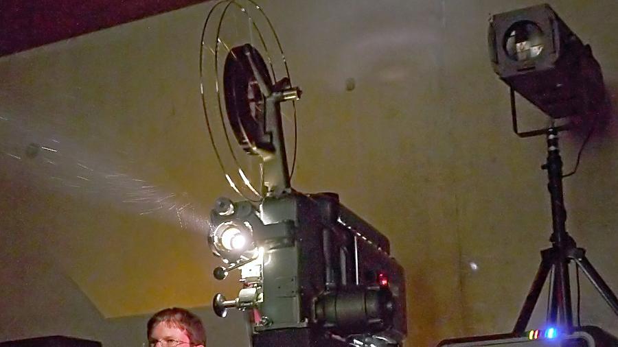 Heiko Hochmuth aus Moosburg an der Isar und sein mächtiger 35-Millimeter-Projektor. Rund 50 Jahre ist dieses beeindruckende Erzeugnis feinmechanischer Präzisionsarbeit alt.
