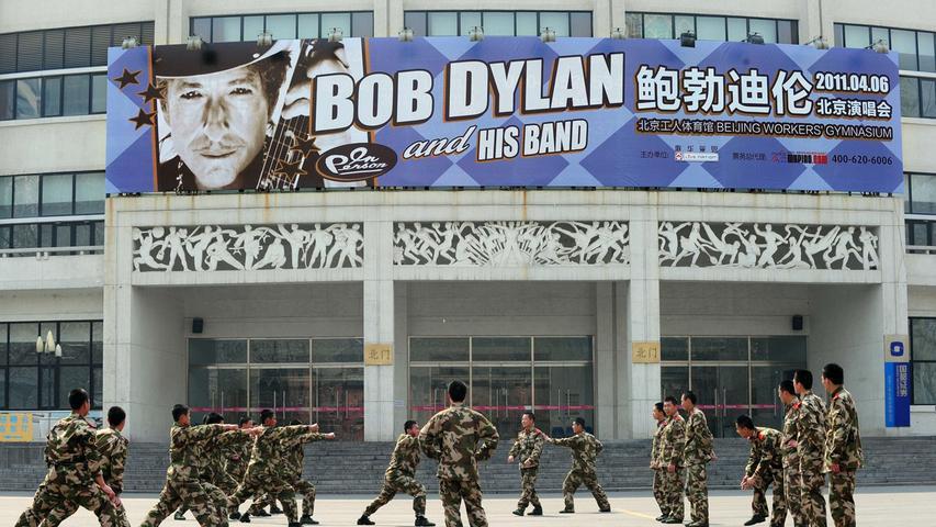 2008 erhält Bob Dylan den Pulitzer-Sonderpreis für seinen besonderen Einfluss auf die Popkultur und seine lyrischen Kompositionen. 2011 tritt er unter anderem in Peking auf. Vor dem Konzert muss er sein Programm durch das kommunistische Regime zensieren lassen, was ihm international viel Kritik einbringt.