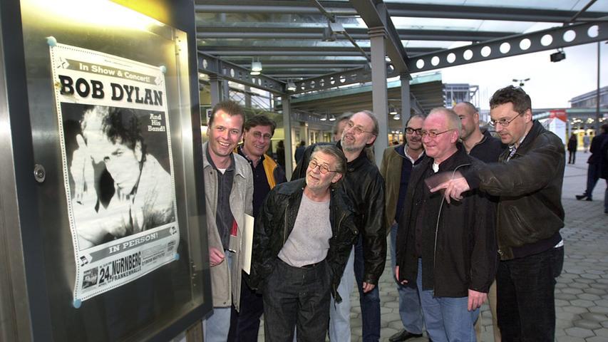 2002 lockt Bob Dylan auch viele Fans aus dem Nürnberger Rathaus wie OB Ulrich Maly zu seinem Konzert in die Frankenhalle. 2003 erscheint der Spielfilm