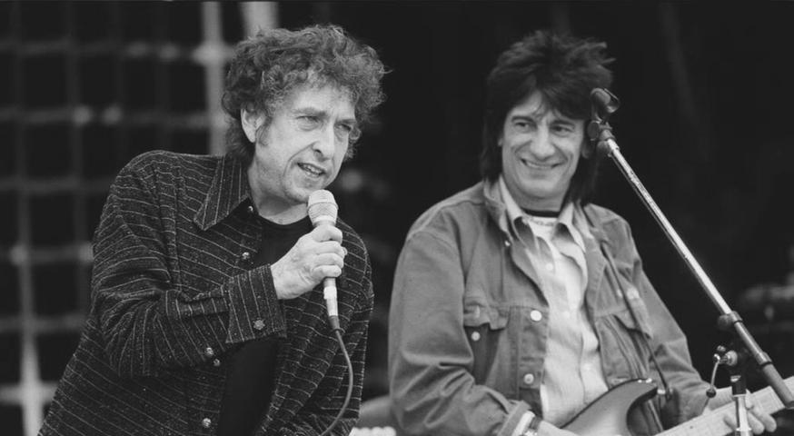 In den 80er Jahren veröffentlicht Bob Dylan viele unterschiedliche Alben, die aber eher verhaltene Resonanz auslösen. Hinzu kommt ein Alkoholproblem, das viele Konzerte chaotisch verlaufen lässt. 1986 heiratet Dylan Carolyn Dennis, eine seiner Backgroundsängerinnen. Kurz zuvor kam die gemeinsame Tochter zur Welt. Die Ehe wird in den frühen 90er Jahren wieder geschieden. Im Bild: Dylan mit dem Rolling Stone Ronnie Wood.