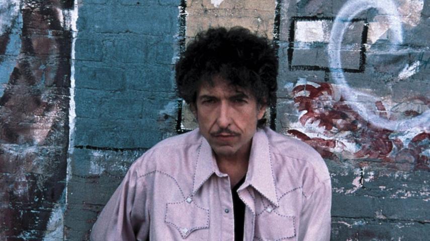 Dylan entwickelte sich zum Rockstar, der Millionen Platten verkaufte, dabei aber etliche seiner alten Fans vergraulte. Der Musiker begann, unter dem Erfolgsdruck zu leiden. Nach einem Motorradunfall 1966 ging er acht Jahre lang nicht mehr auf Tournee. 1965 heiratet Dylan das Model Sara Lowndes, die eine Tochter aus erster Ehe mitbringt. Die Ehe hält zwölf Jahre.