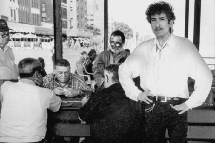 Schließlich verhilft der legendäre John Hammond Dylan 1961 zu seinem ersten Plattenvertrag – zu ziemlich schlechten Konditionen. Doch Dylan kümmert das kaum, er  ist froh, überhaupt einen Vertrag bekommen zu haben. Sein erstes Album enthält 1962 noch vorwiegend Fremdkompositionen. Mit seinen Folgeplatten,