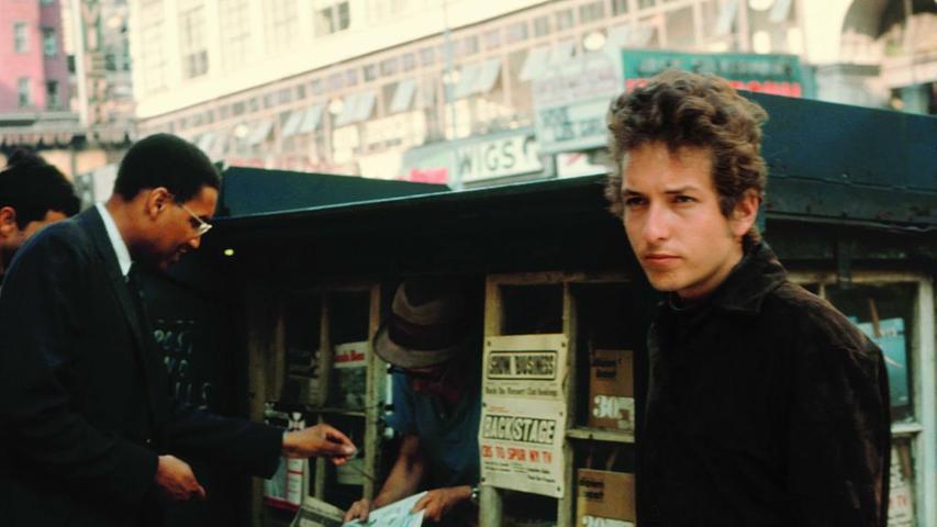 1961 landet Bob Dylan im New Yorker Künstler-Stadtteil Greenwich Village. Dort sammelt der Künstler viel Inspiration, lernt seine erste große Liebe kennen und absolviert schließlich seinen ersten professionellen Auftritt bei einem Konzert von John Lee Hooker. Nach Erfolgen in kleineren Clubs macht Dylan seine ersten Schallplattenaufnahmen als Mundharmonikaspieler auf einem Album von Harry Belafonte.