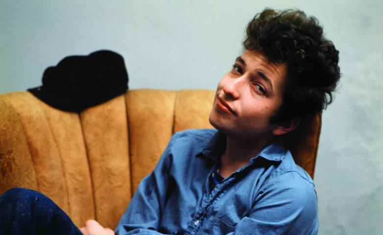 1959 verlässt Bob Dylan Hibbing und schreibt sich an der University of Minnesota ein. Dort besucht er zwar keinen einzigen Kurs, dafür lernt Dylan die Musik von Pete Seeger, The Kingston Trio und Woody Guthrie kennen. Ende 1960 teilt der junge Musiker seinen Eltern mit, er wolle Karriere als Musiker machen. Seine Eltern geben ihm dafür ein Jahr Zeit. Klappt es nicht mit dem Erfolg, müsse Dylan zurück an die Universität und