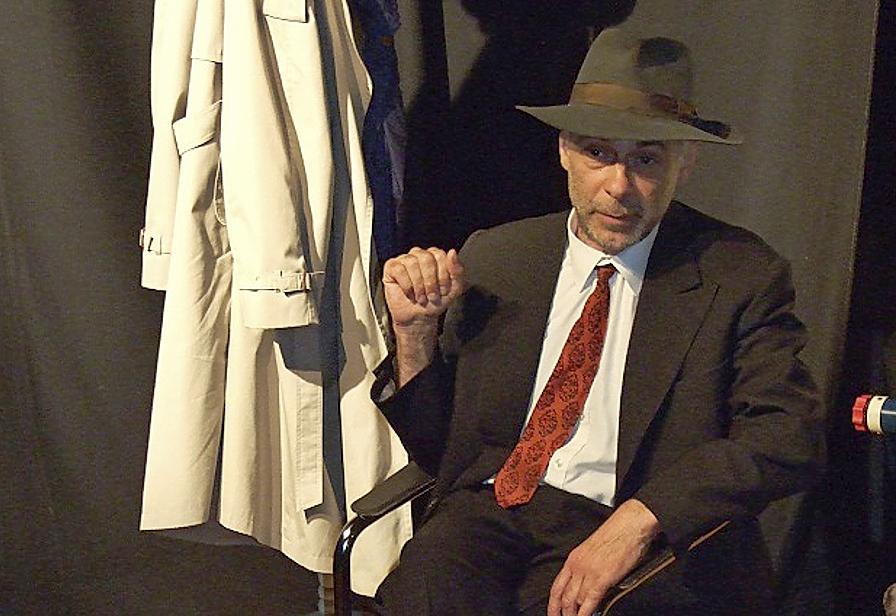 """Gelungener Auftritt: Roland Eugen mit dem Solotheater """"Der Hut von Joseph Beuys"""" im Kunststadel."""