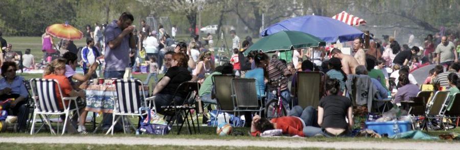 Voll ausgerüstet: Mit Tischen, Schirmen und bequemen Stühlen macht man sich hier einen angenehmen Nachmittag.