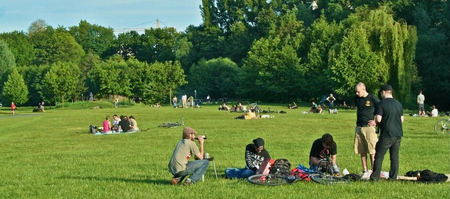 Viele Jugendliche nutzen hier die Fläche, um in der warmen Sonne gemeinsam zu essen.