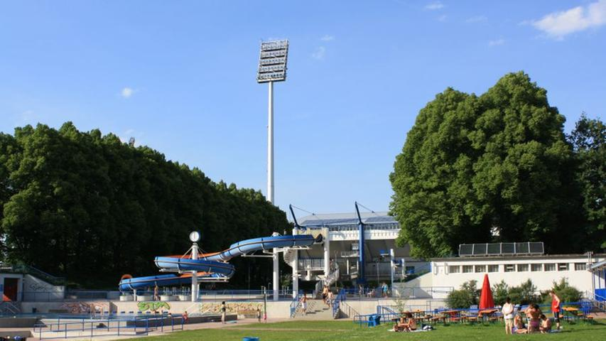 Bald beginnt in Nürnberg wieder die Freibadsaison. Wer das Planschen mit einem leckeren Grillwürstchen kombinieren möchte, ist im Stadionbad in der Hans-Kalb-Str. 42 genau richtig.