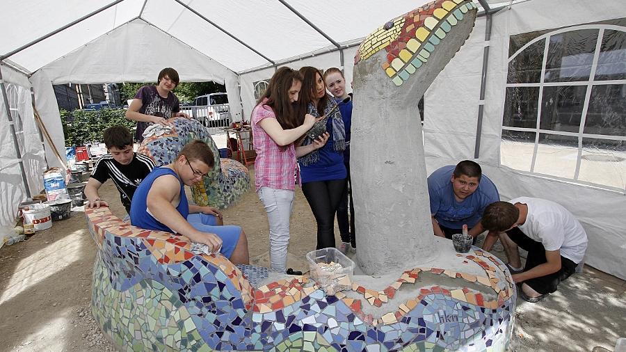 Seit drei Wochen arbeiten die Schüler der Otto-Seeling-Schule in kleinen Gruppen an der Skulptur, die ihren Pausenhof bunter machen soll.