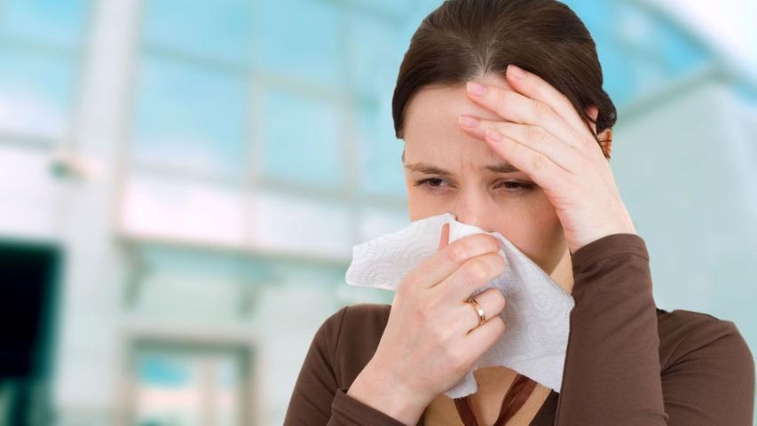 Platz 5:  Bei 17 Prozent aller Arztbesuche geht es im weitesten Sinne um Grippe und grippale Infekte. Sie ist der häufigste Grund für Krankschreibungen in Deutschland. Fast ein Drittel aller Arbeitsunfähigkeits-Bescheinigungen wird wegen Krankheiten des Atmungssystems ausgestellt.