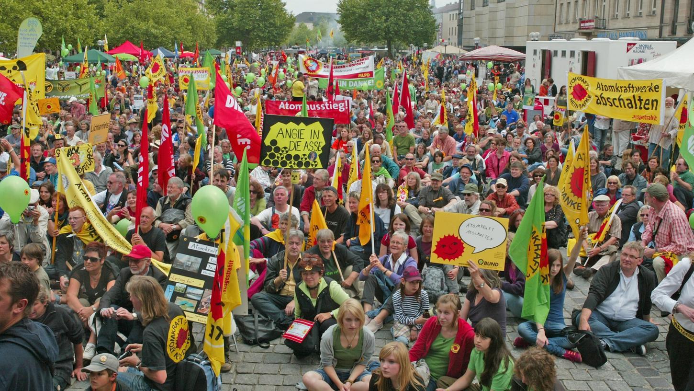 Um 14.45 Uhr ließen sich die Demonstranten auf der Freiheit zu einer symbolischen Sitzblockade gegen Atomkraft nieder.
