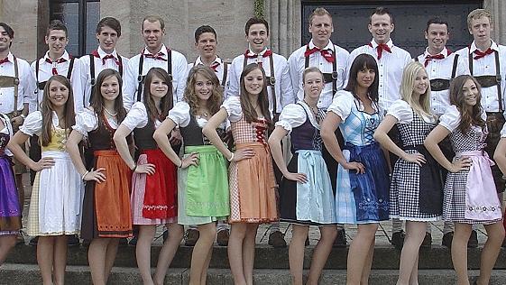 Ein Teil der Kirwapaare aus Pyrbaum-Rohrenstadt, die bei der Pfingstkirchweih für Spaß und Unterhaltung sorgen wollen.