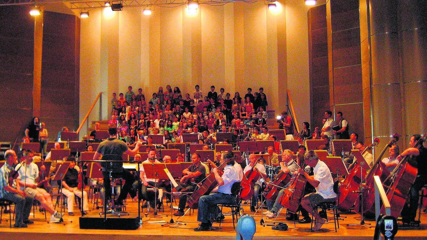 Großes Gedrängel im Konzertsaal: Chorsänger der beteiligten Projektklassen bei der Probe mit den Nürnberger Symphonikern.