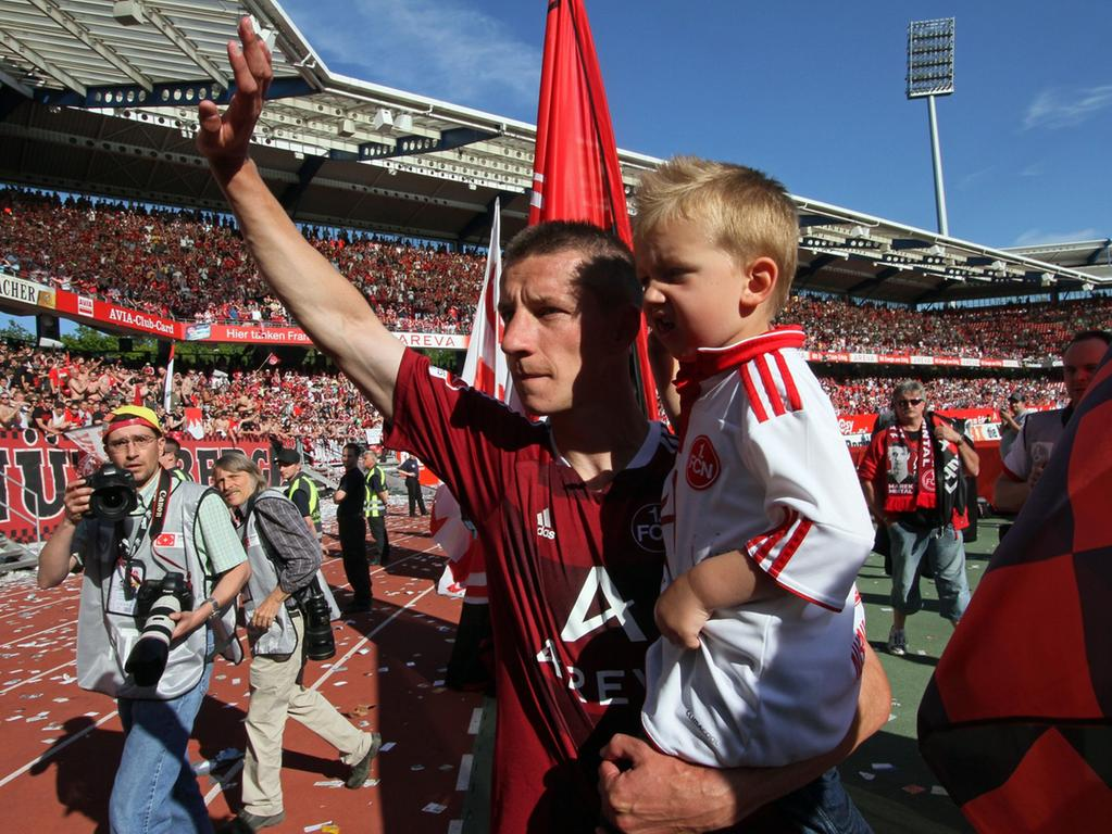Vor Wochen hat sich Marek Mintal (mit Sohn Sebastian) von den Club-Fans verabschiedet. Nun hat er in Rostock ahoi gesagt.