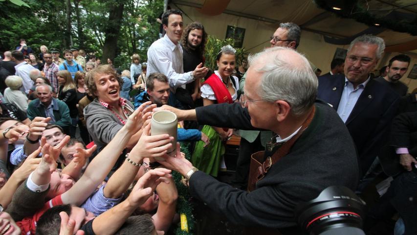 ... doch es brauchte viel Geduld um eine Maß aus den Händen des Oberbürgermeisters zu ergattern.