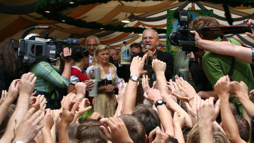 Kameras, Fotos und viel durstige Kehlen warten auf den Anstich durch den Oberbürgermeister.