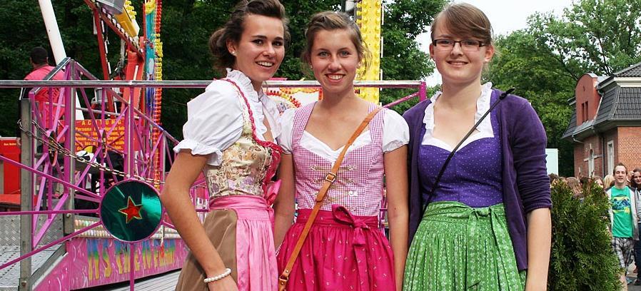 Verena, Christina und Bella (18) aus Möhrendorf haben sich aufgehübscht und sind bereit für den Berg: