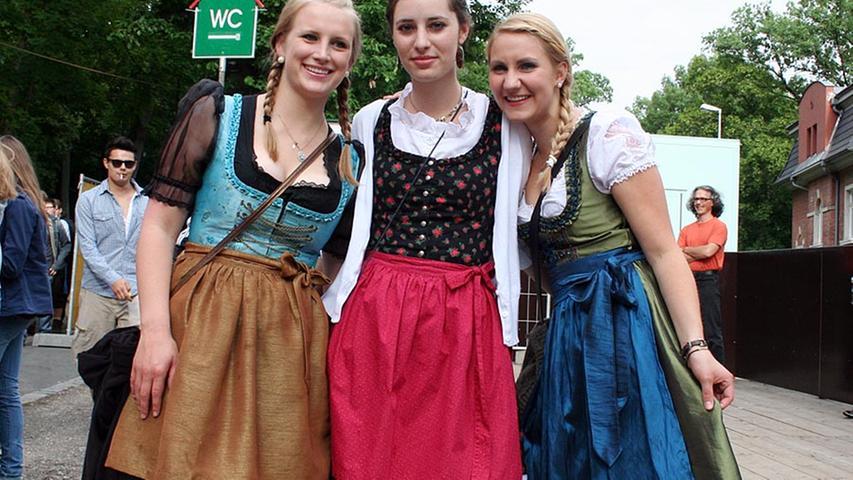 Hannah und Lisa (beide 20) aus der Oberpfalz mit Lisa (19) aus Würzburg finden, dass die Bergkirchweih ein überragendes Highlight ist.