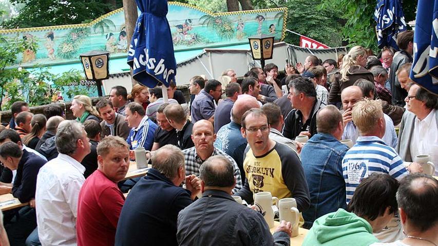 In diesem Biergarten ist schon etwas mehr los. Aber wer sich an Körpernahe stört, der ist falsch auf dem Berg. Die meisten Gäste genießen nämlich das gemütliche Miteinander.
