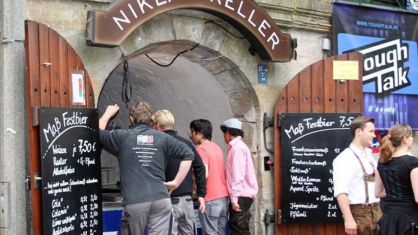 Auf 7,50 Euro ist der Preis für eine Maß Bier gestiegen. Das halt echte Kirchweih-Fans nicht vom Genuss des Gerstensaftes ab.