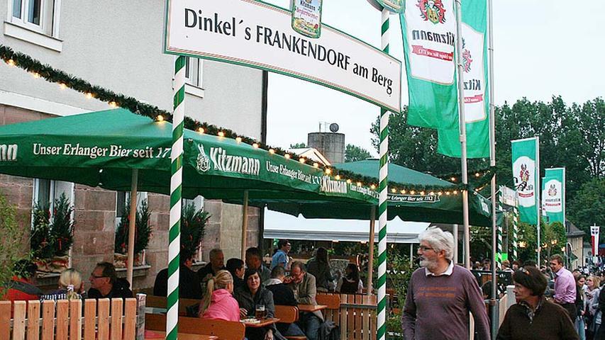 Das Frankendorf am Berg: Etwas abseits des ganzen Rummels lassen sich die Besucher hier zu einem kleinen Päuschen nieder. Dazu gibt es - natürlich - Bier und etwas Festes zwischen die Zähne.