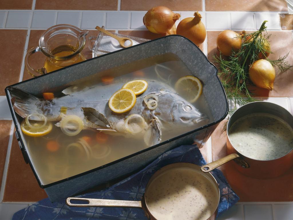 Neben dem gebackenen Karpfen ist Karpfen blau die zweite traditionelle fränkische Zubereitungsart. Dafür wird der Karpfen in einem Sud aus Essig, Zwiebeln, Wacholderbeeren und Lorbeerblättern eingelegt.