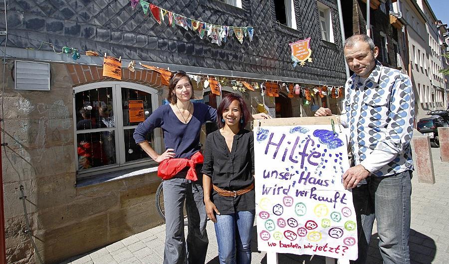 Ulrike Irrgang (li.) und Lutz Krutein, hier mit Mitarbeiterin Vanessa Schwarze, hat der Stadt ein symbolisches Kaufangebot fürs Haus Phantasia unterbreitet.