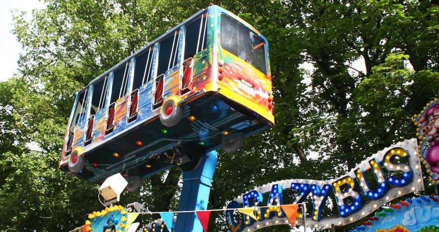 Ein verrückter Bus dreht seine Runden.