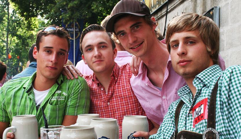 Sven (22, von links), Peter (20), Charly (30) und Lucas (18) aus Karlstadt bemängeln: