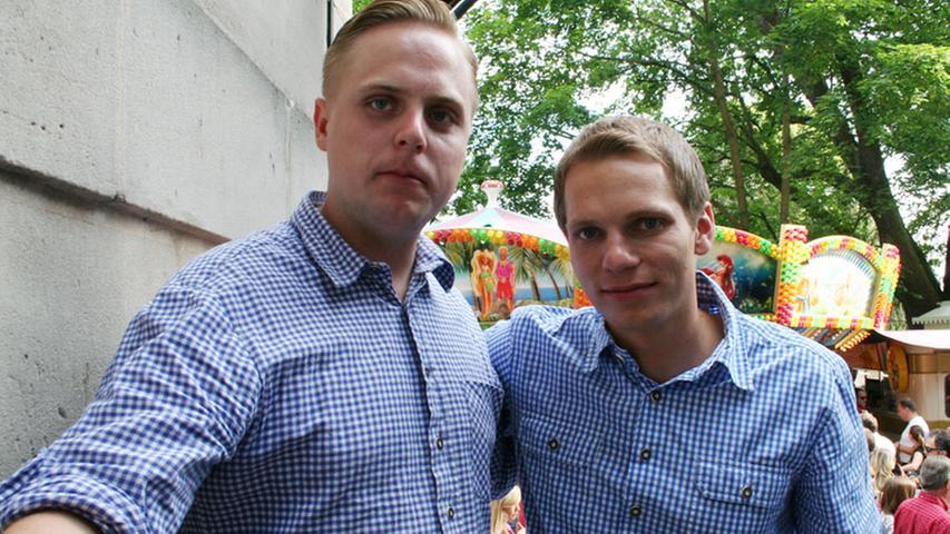 Hieronymus (27, links) aus Fürth und Benjamin (27) aus München finden den Berg super, lieben aber auch die Münchner Wies'n.