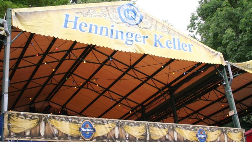 Mit einer Besonderheit kann der Henninger Keller aufwarten: Mit einer Gesamtlänge von über 800 Metern durchzieht er den gesamten Burgberg. Er ist damit der längste Keller auf dem Berg und seine unterirdischen Gewölbe waren schon Schauplatz von geheimnisvollen Theateraufführungen.