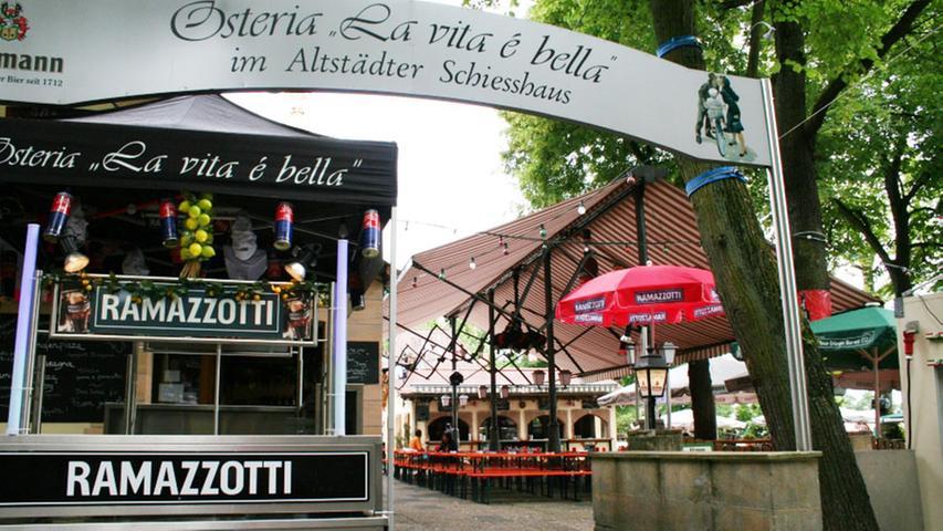 Das Schießhaus gibt's schon so lange wie die Bergkirchweih selbst. Seit 2011 erstrahlt es in neuem Glanz. Die Bergwirte Gino Pisano und Daniela Marini Pisano locken mit mediterranem Ambiente und original italienischer Küche.