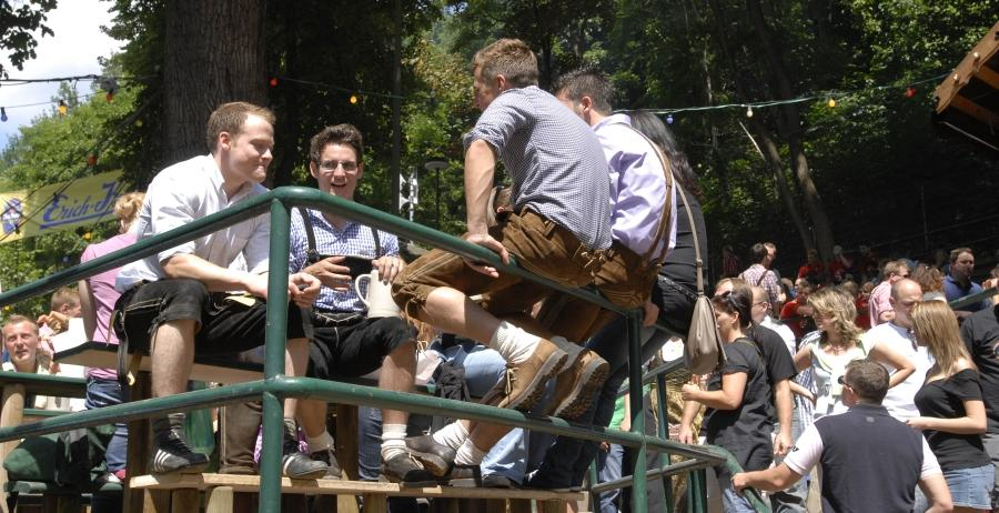 Wenn auf der Bierbank kein Platz mehr frei ist, sitzt man auch auf dem Geländer gut.
