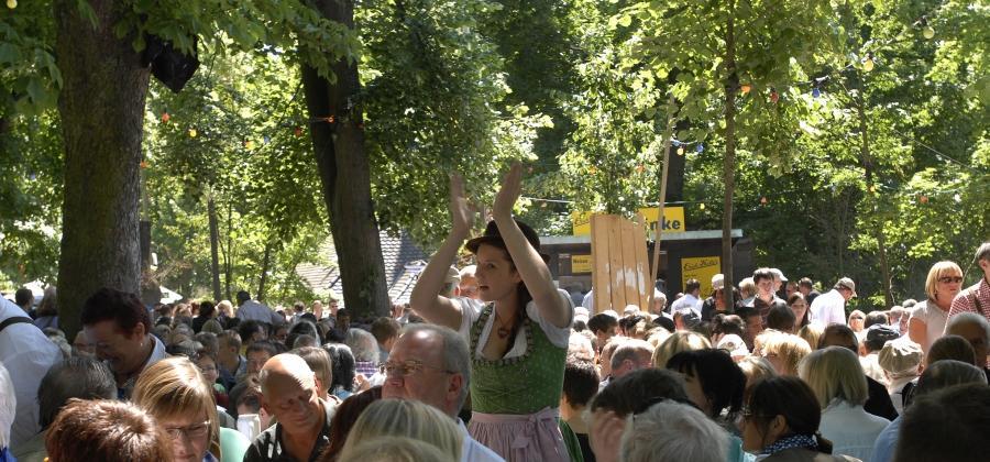 Diese junge Dame ruft wohl gerade zu einem Tänzchen auf der Bierbank auf.