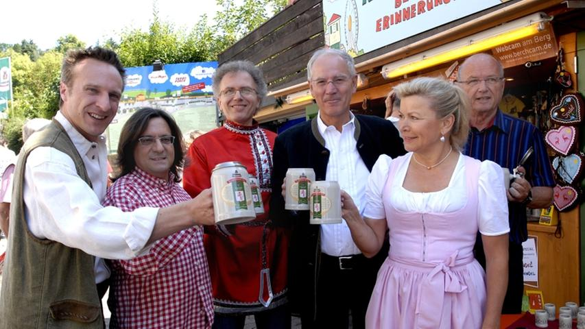 Erlangens Bürgermeister Siegfried Balleis (Zweiter von rechts) bei der Präsentation des sogenannten Wladimirkrugs.