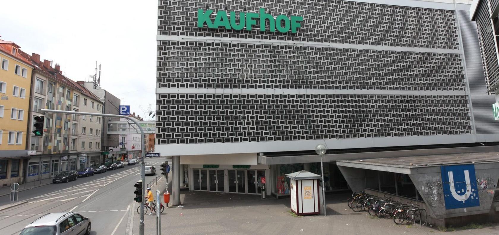 Der Kaufhof mit seiner auffälligen Fassade soll bald Geschichte sein. Edeka hat das Areal aufgekauft und plant in einem Neubau ein großes Nahversorgungszentrum.
