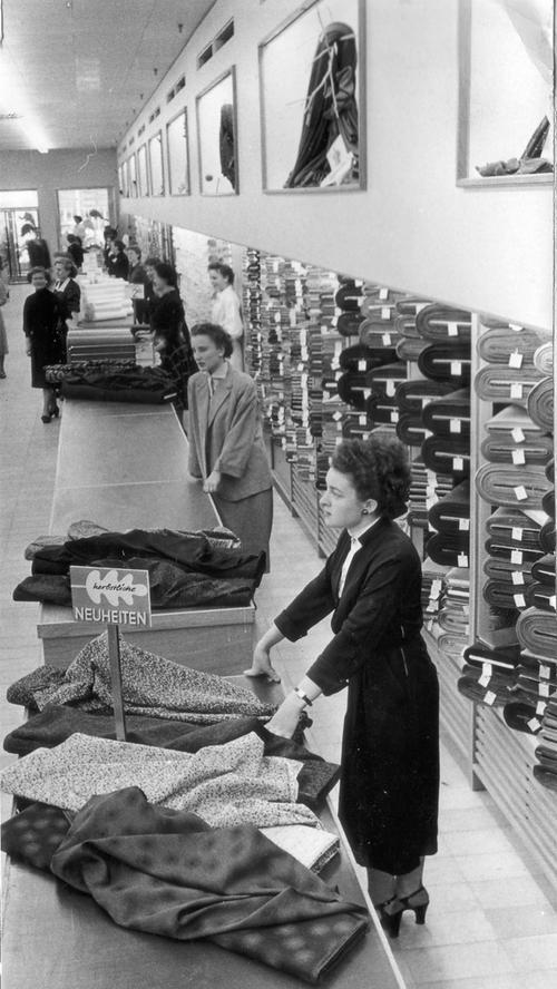 ... fieberten ihren ersten Kunden entgegen, schreiben die Nürnberger Nachrichten in einem Bericht von 1950. Doch auch Merkur...