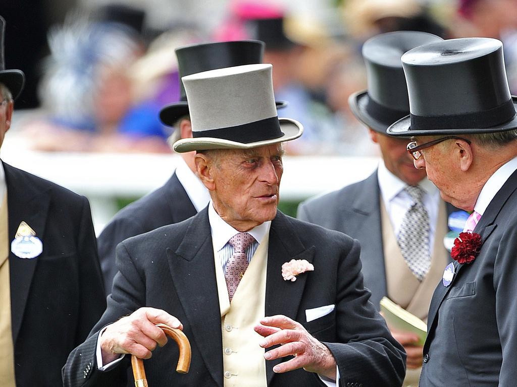 Hüte sind natürlich auch bei den edlen Herren Pflicht. Dabei sticht aber nur Prinz Philip, Herzog von Edinburgh, mit seinem grauen Zylinder aus der Herrenrunde heraus.