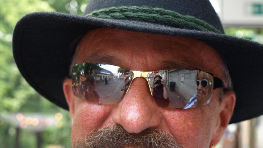 Den Hut hat Johnny vergangenes Wochenende in Österreich gekauft, nachdem er lange nach einer passenden Kopfbedeckung gesucht hatte. Ihn trägt er nun auf allen möglichen Festen der Region spazieren. Die Sonnenbrille stammt aus Gran Canaria - dort war Johnny einst als Koch tätig. Aber das beste