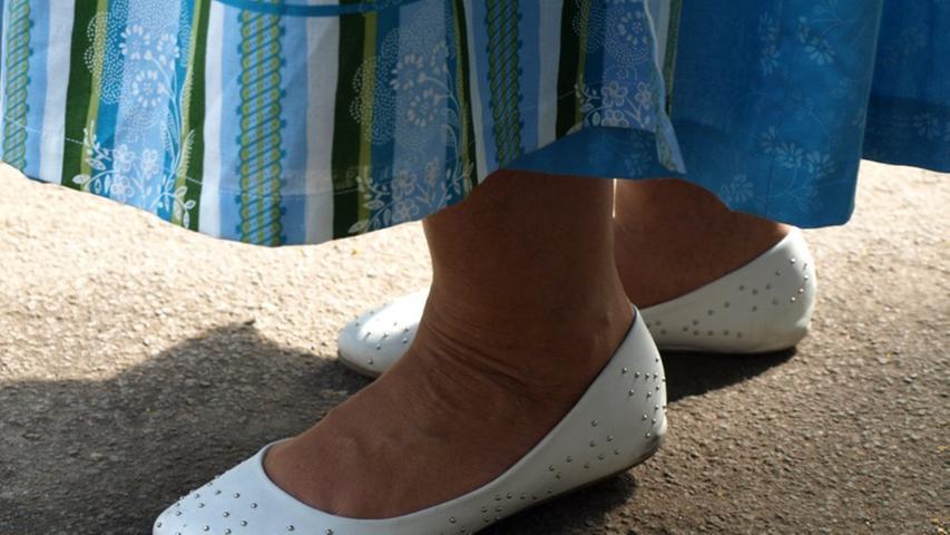 Obwohl sie eigentlich nur praktisch und bequem sein sollen - auf dem Berg muss man ja auch ein paar Schritte gehen - passen Lydias Schuhe sehr gut zur restlichen Bekleidung.