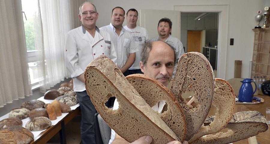 Manfred Stiefel hat beim Brot den Durchblick. Im Hintergrund warten örtliche Bäckermeister auf die Ergebnisse des gestrengen Prüfers.